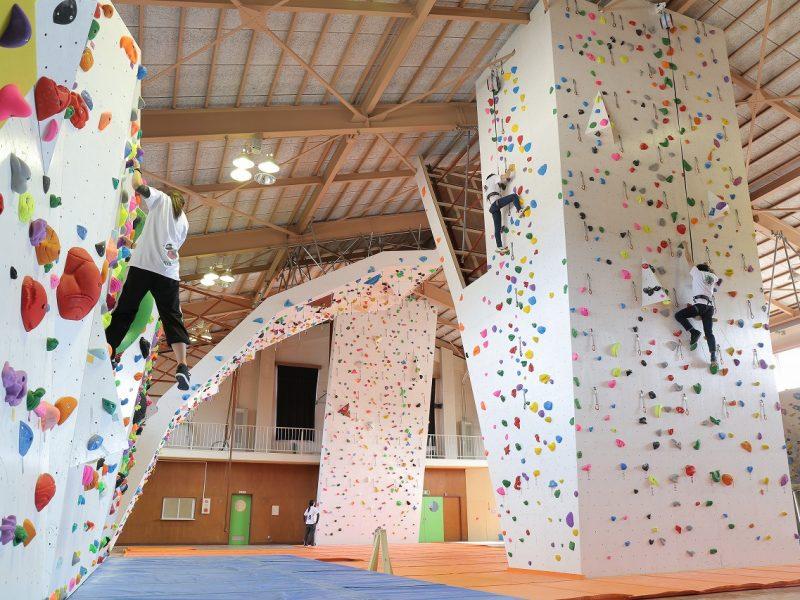 初心者から上級者まで楽しめるボルダリング施設「三宅村レクリエーションセンター」