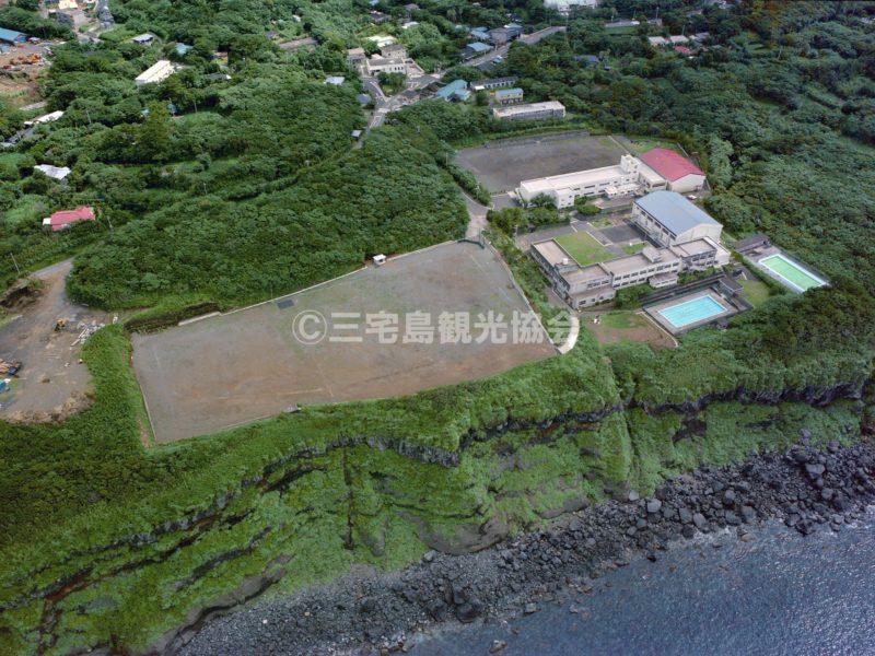 空から見る伊豆小中学校 (現三宅小中学校)