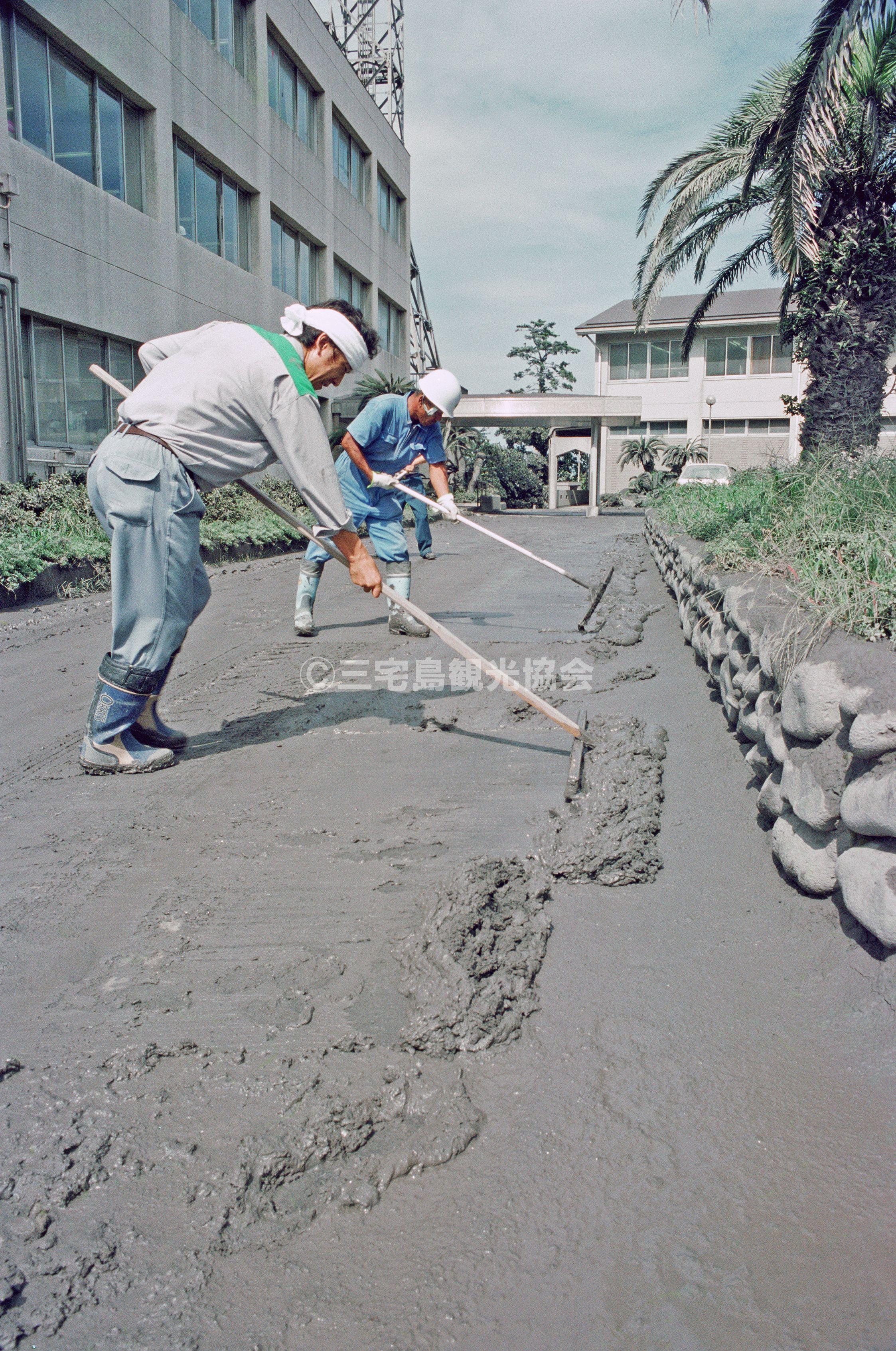 【2000(平成12)年噴火】 灰かきを行う支庁職員