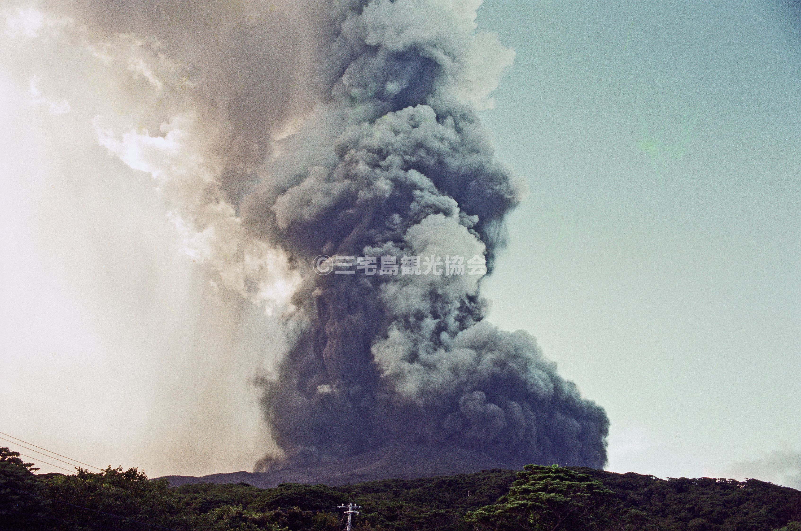 【2000(平成12)年噴火】 友地橋から見る噴煙・2