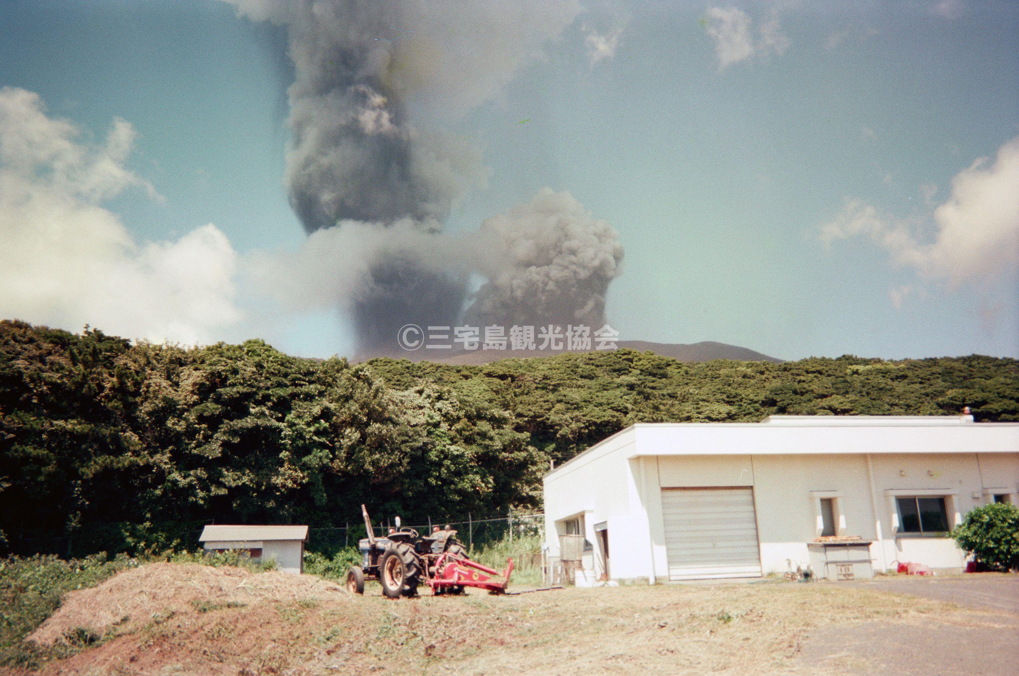 【2000(平成12)年噴火】 空港下から見る噴煙